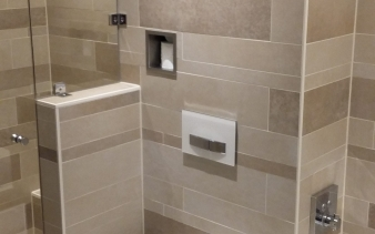 Badkamer met Tagina Warm Stone stroken/tegels
