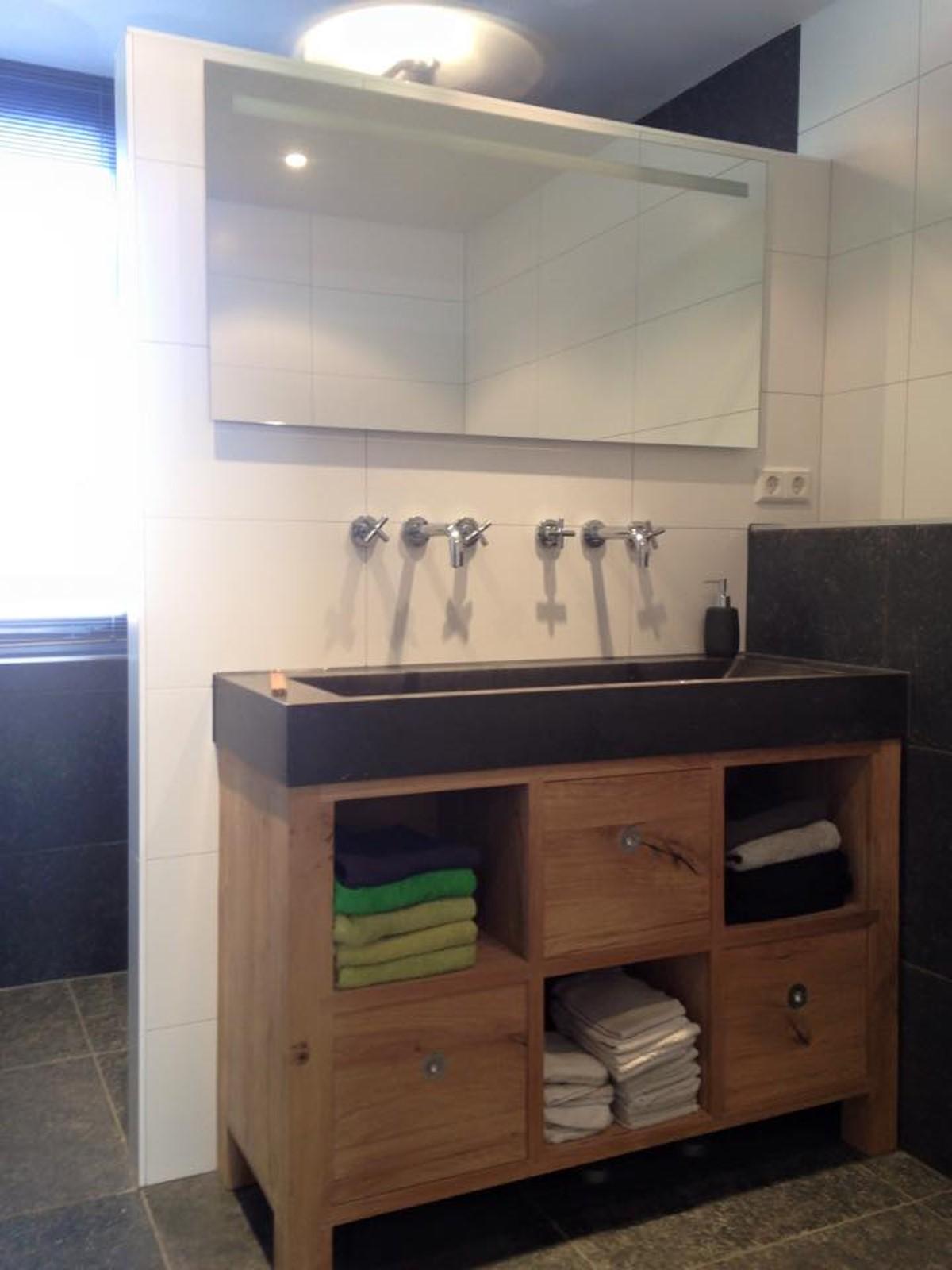 Steigerhouten wsatafel meubel, inbouwkranen en spiegel met geintergreerde verlichting.